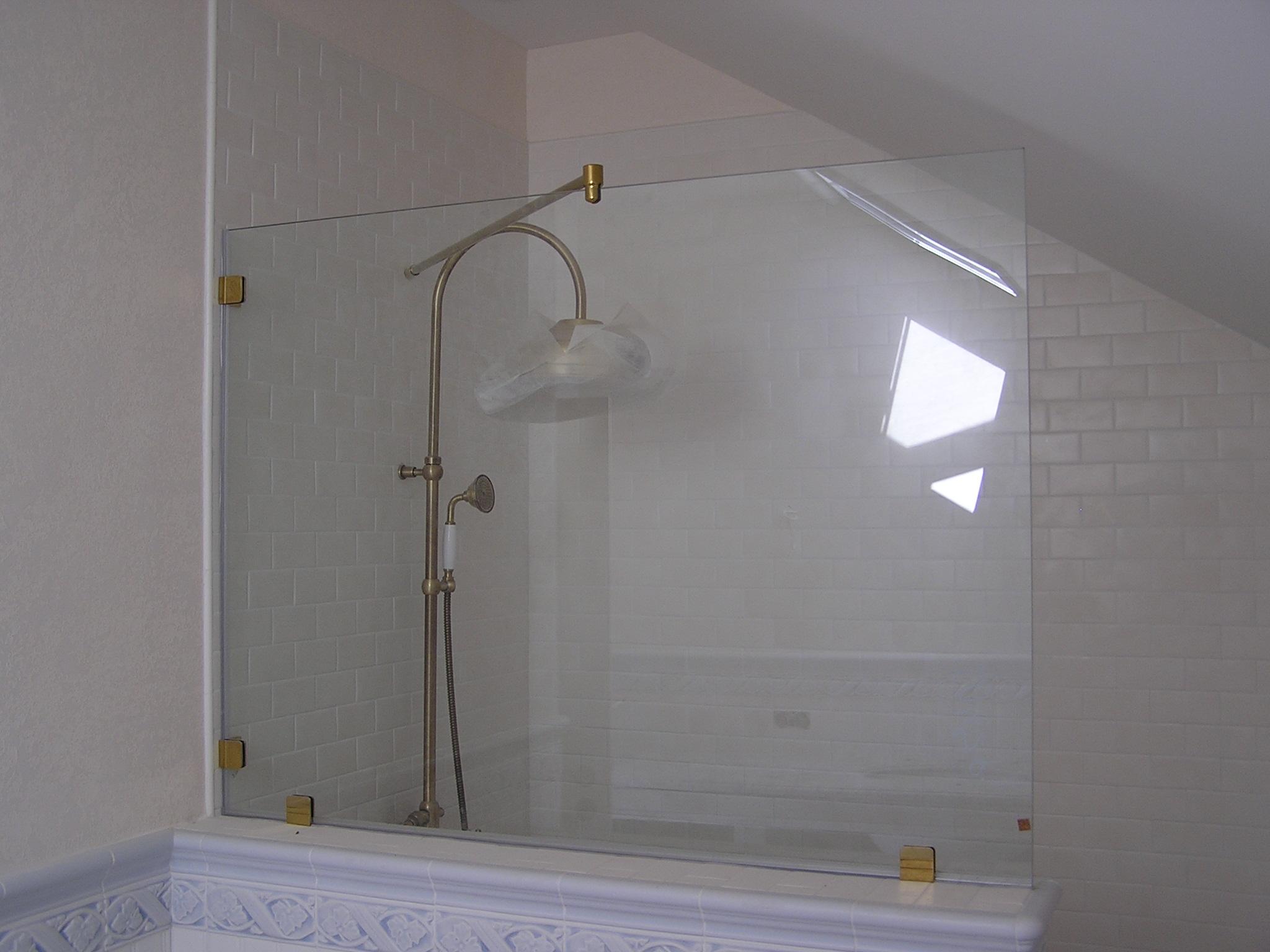 Стеклянная стационарная душевая штора на ванну