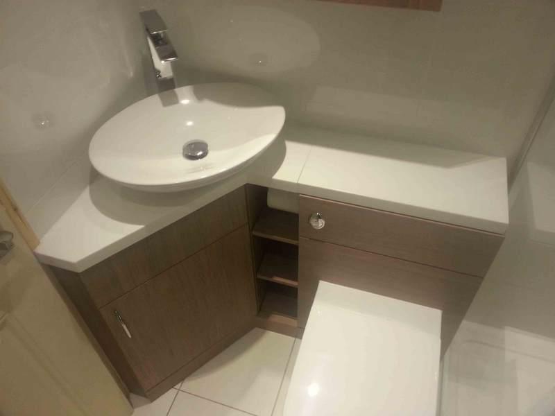 Угловая напольная тумба с накладной раковиной для маленькой ванной комнаты