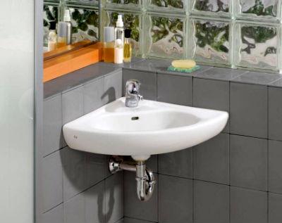 Угловая раковина в ванной серого цвета