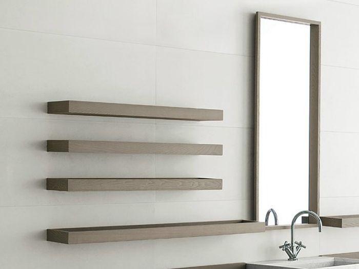 Деревянная настенная полка в ванную