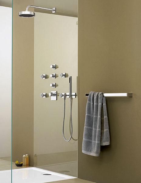 Душевая панель со встроенной арматурой в ванной комнате