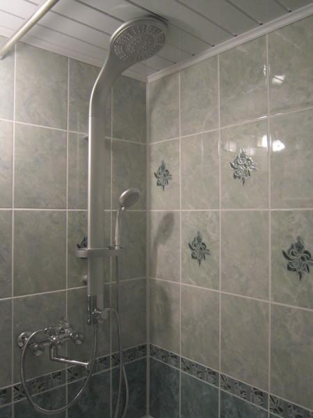 Душевая система с тропическим душем и смесителем в квартире