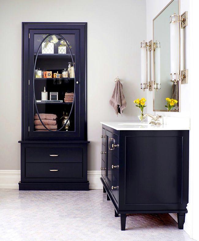 Изысканности интерьеру ванной комнаты придаст шкаф-пенал тёмно-синего цвета