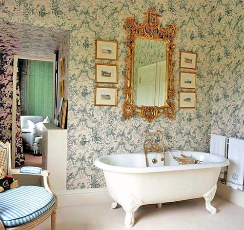 Красивые обои на стенах ванной