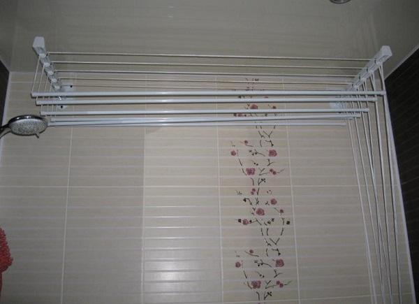 Настенно-потолочная сушилка для белья в ванной комнате