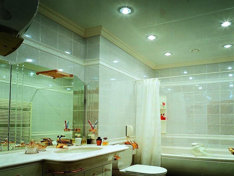 Натяжной глянцевый потолок – чистота и простор в вашей ванной