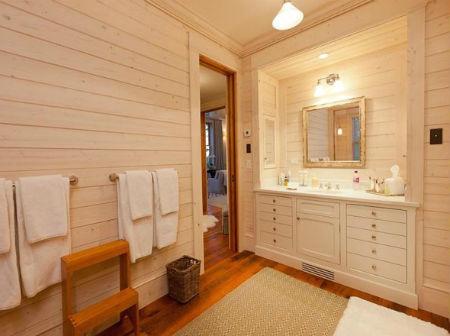 Отделка ванной деревом делает помещение индивидуальным