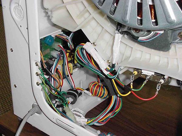 Провода отсоединяются от двигателя