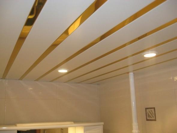 Реечный потолок в ванной с зазорами