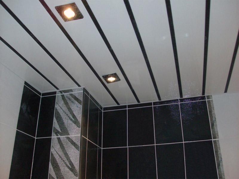 Реечный потолок в черно белой ванной