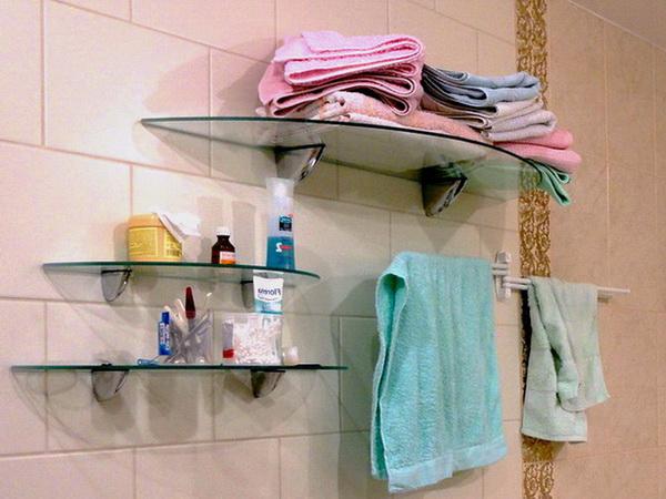 Стеклянные полки в ванне