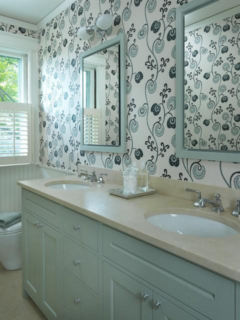 Стены ванной оклеены обоями