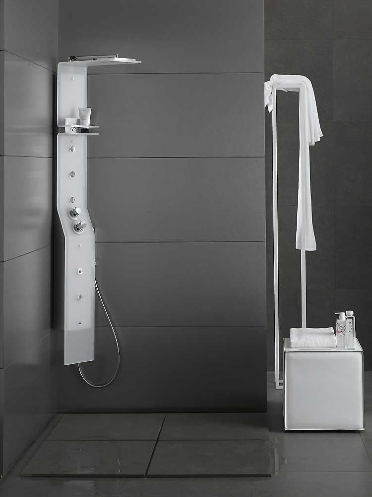 Угловая душевая панель в ванной комнате