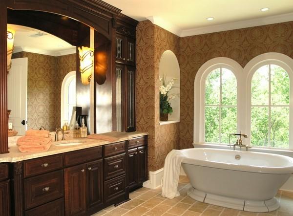 Акриловая ванная в классической ванной комнате