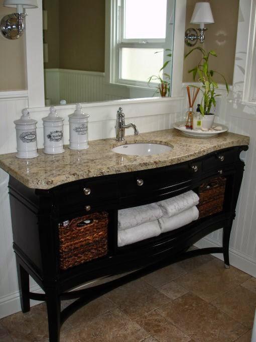Деревянная тумба под раковину выполненная в черном цвете придаст интерьеру ванной комнаты контрастность и выразительность
