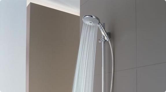 Душевая лейка в интерьере ванной