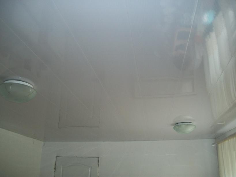 Общий вид пластикового потолка с бесшовными панелями