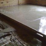 Поверхность залитого бетона выравнивают правилом