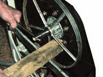 Выбиваем барабан деревянным бруском
