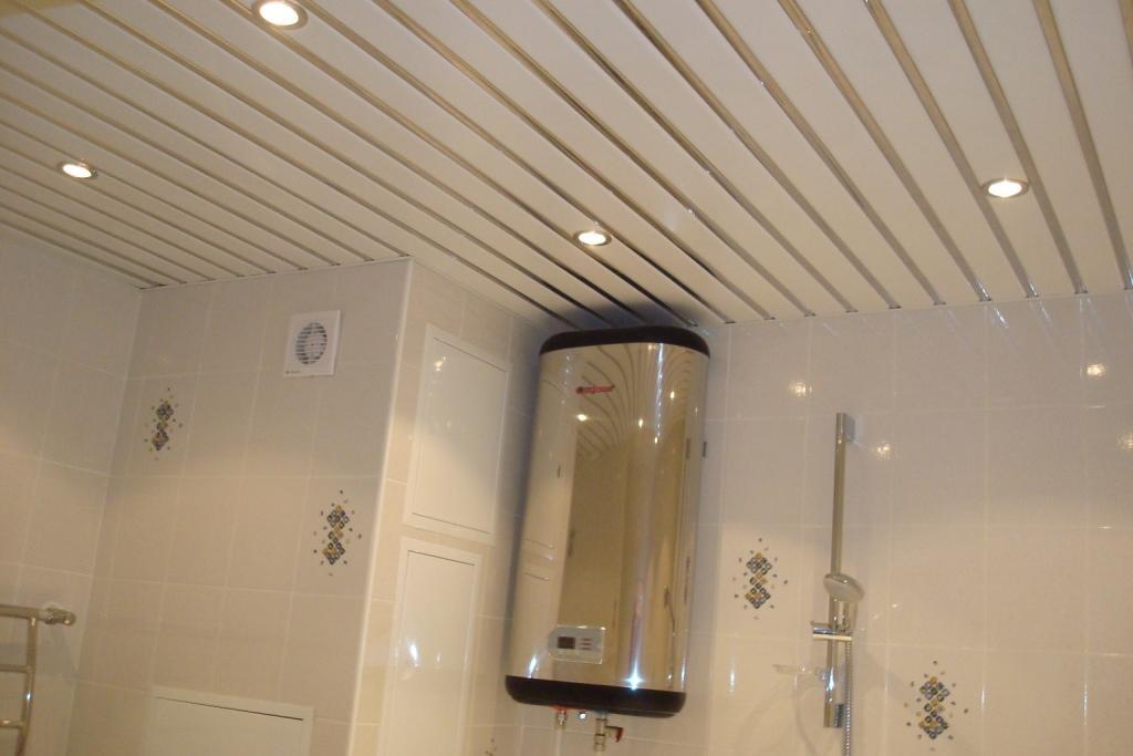 Матово-белый реечный потолок со стальными вставками