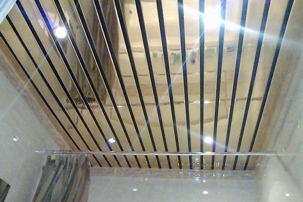 Современный реечный потолок в ванной