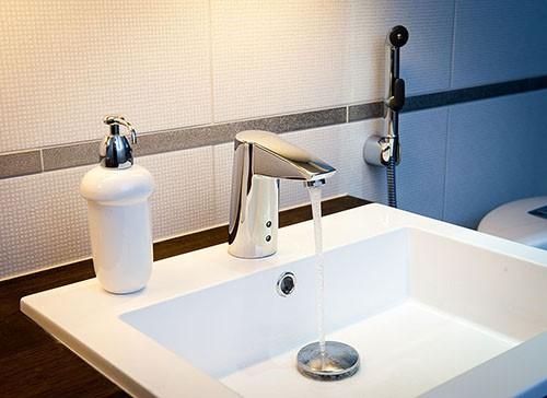 Бесконтактный смеситель для ванной с душем