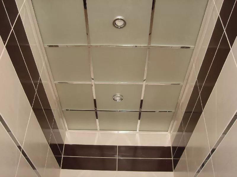 Как оформить потолок в ванной
