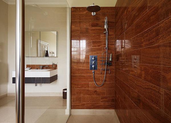Керамическая плитка под дерево в декоре ванной комнаты