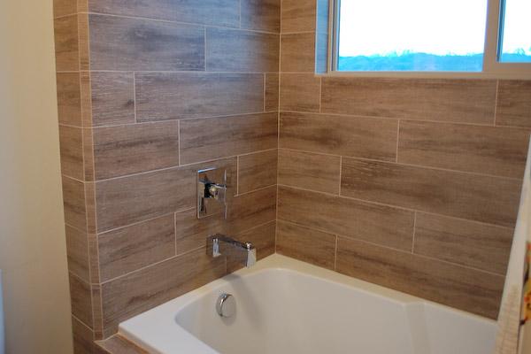 Плитка под дерево для отделки ванной