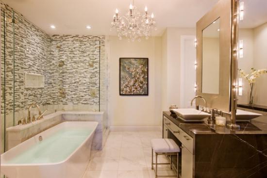 Подвесная люстра в ванной комнате