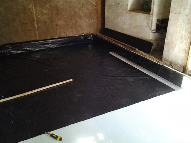 Укладка рулонной гидроизоляции в ванной