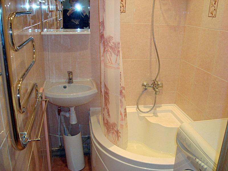 Выносим мебель и сантехнику их ванной