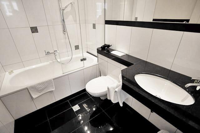 Плитка для пола в ванную комнату, виды материала, размеры и форма