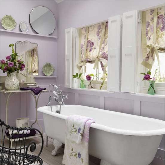 Декорированные цветочные занавески, вазы с цветами – неотъемлемая часть интерьера
