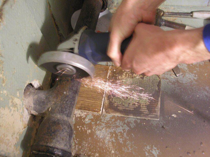 Процесс демонтажа чугунных труб
