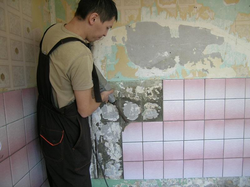 Демонтаж старой плитки со стен