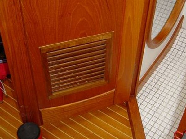 Дверь с вентиляцией в ванной