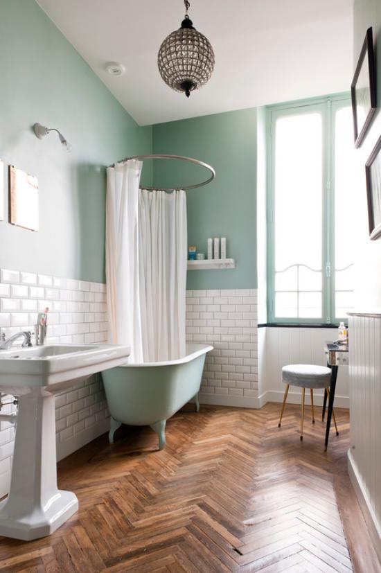 Паркетный пол, гармония нежно зеленого и белого тонов в ванной в стиле прованс