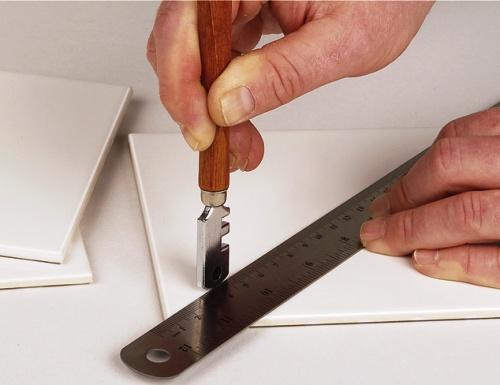 Резка керамической плитки стеклорезом роликовым