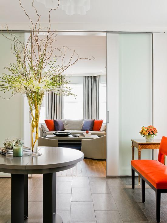 Стеклянные раздвижнве двери оригинально смотрятся в современном интерьере