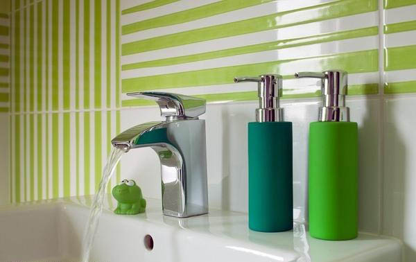 Стильные зеленые аксессуары в салатовой ванной