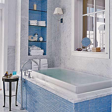 Бело-голубые оттенки будто созданы для отделки ванной