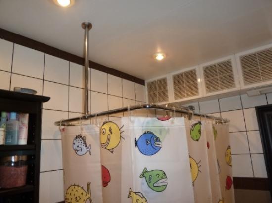 Формы штанг для шторок в ванную
