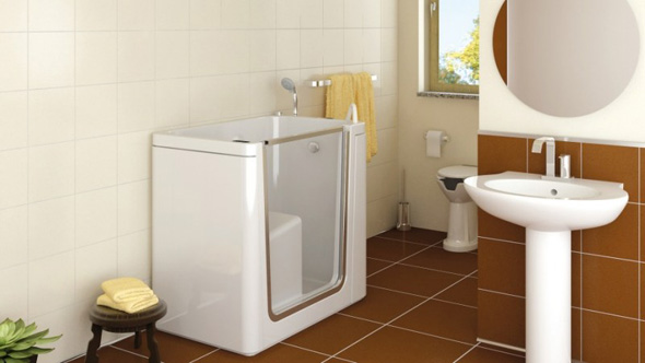 Глубокая сидячая ванна с высокими бортиками и дверцей