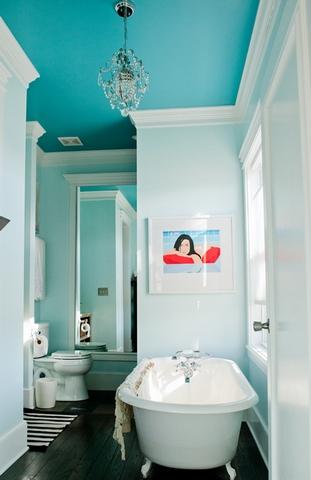 Голубой потолок в ванной
