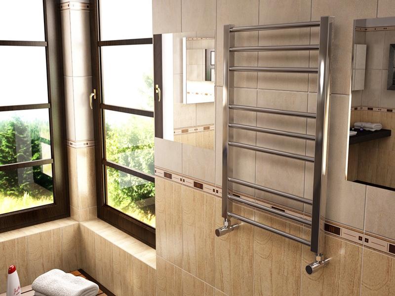 Классический водяной полотенцесушитель в интерьере ванной комнаты