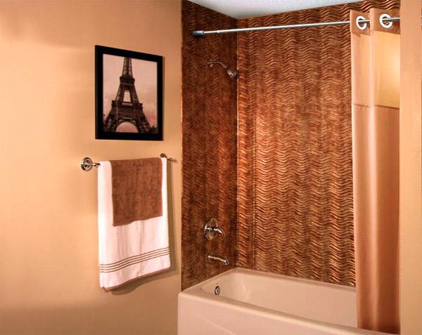 Красивая отделка стен ванной пластиковыми панелями