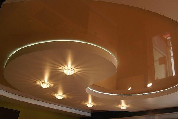 Красивое освещение натяжного потолка в ванной