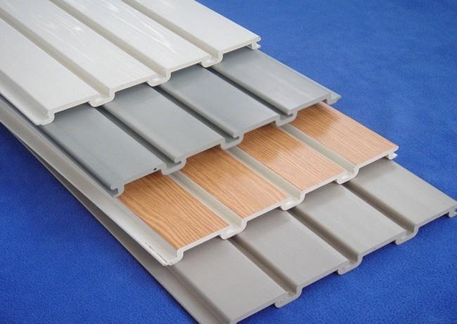 Пластиковые панели с узкими полосами