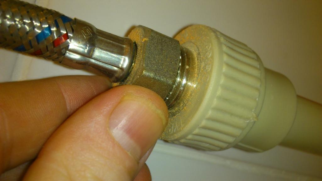 Подключение водонагревателя к смесителю в ванной производится с помощью водопроводного шланга
